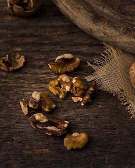 Крупным планом вкусные грецкие орехи на столе
