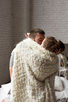 若いカップルのキスの肖像画