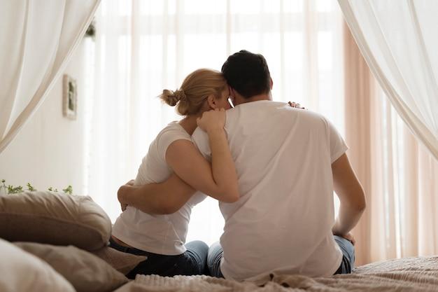 Очаровательная молодая пара вместе в любви
