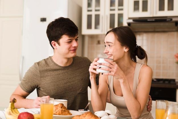 Романтический молодой мужчина и женщина улыбается