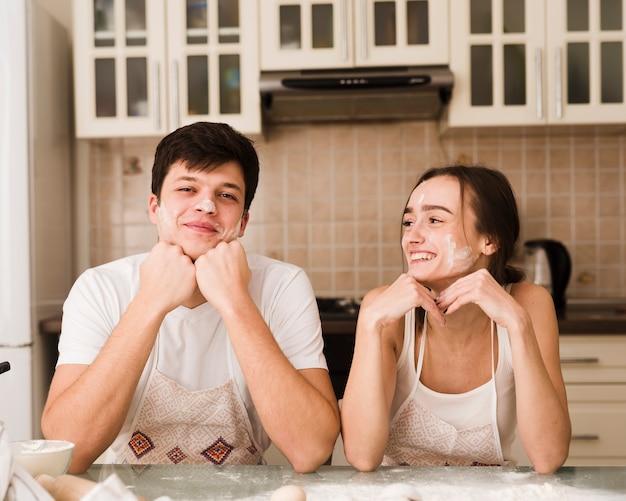 かわいい若い男と女が一緒にポーズ