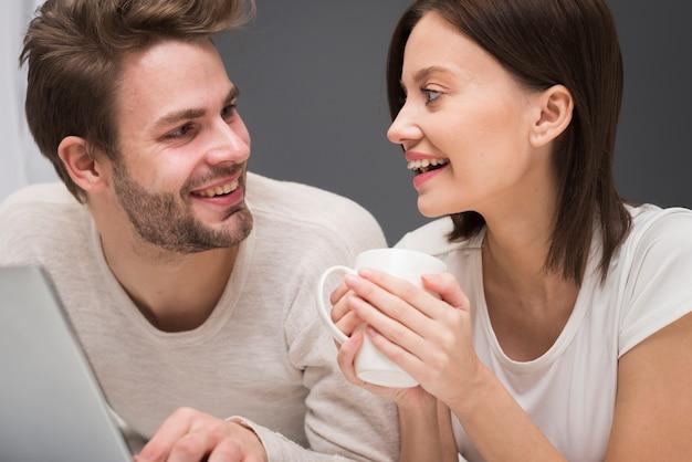 Счастливая пара смотрит на ноутбук