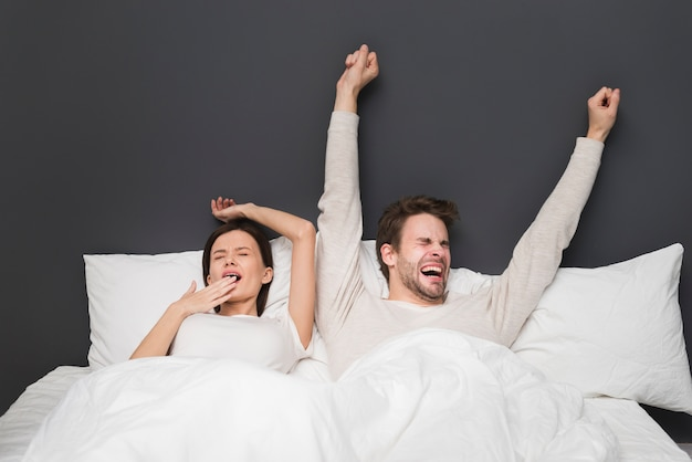 ベッドで朝のカップル