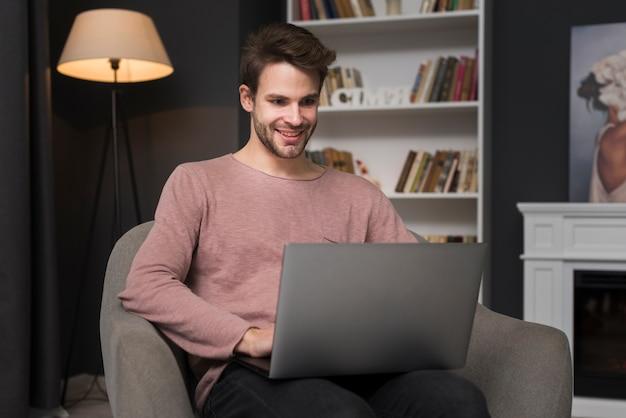 ノートパソコンを見て幸せな男