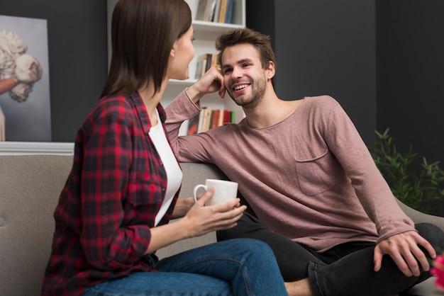 会話の瞬間を持っているカップル