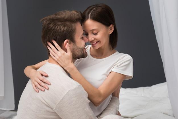 優しさの瞬間を持っているカップル