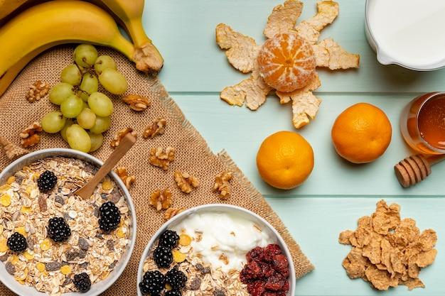 Вид сверху здоровый завтрак на столе