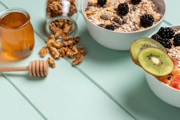 ミューズリーで健康的な朝食をクローズアップ