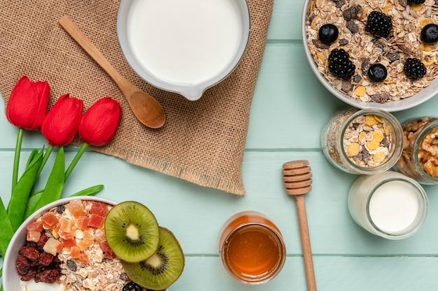 Вид сверху здорового завтрака с тюльпанами