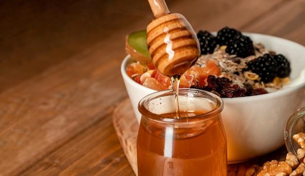 テーブルの上のクローズアップの健康的な朝食