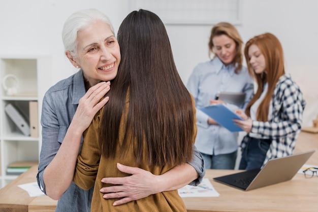 Старшая женщина обнимает своего друга