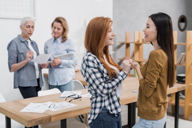 Группа женщин вместе общение