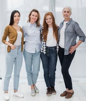 Группа красивых женщин позирует