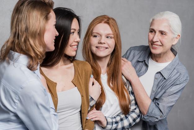 Красивая группа женщин вместе