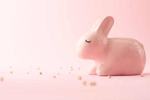 かわいい手作りの陶器のおもちゃのウサギ