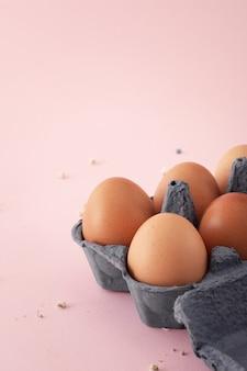 Крупным планом кучу традиционных яиц