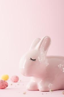 Крупный план керамического пасхального кролика