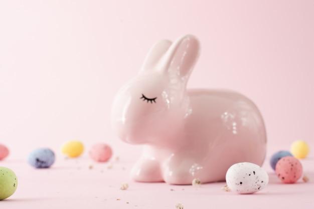 クローズアップかわいい伝統的なイースターのウサギ