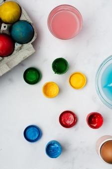 イースターのペイントで着色された卵のトップビューの束