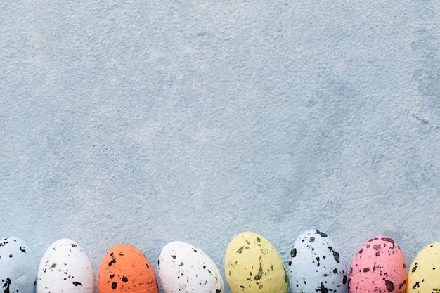Вид сверху красочные пасхальные яйца с копией пространства