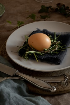 Крупным планом традиционное пасхальное яйцо на тарелке