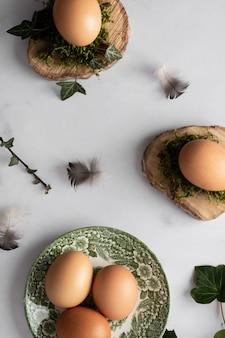 Вид сверху куча яиц на столе концепции