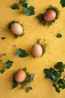 テーブルのコンセプトに卵のトップビューの束
