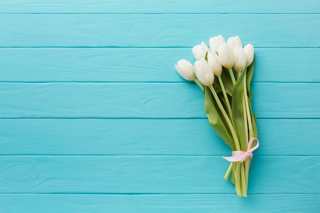 チューリップの花のミニマルなトップビューブーケ