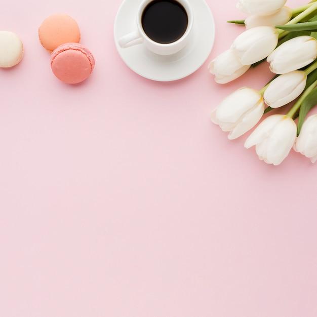 朝のコーヒーとチューリップの花とお菓子