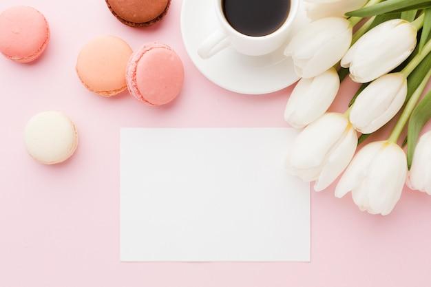 Вид сверху букет цветов тюльпана с пустой бумагой