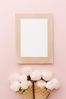 花のアイスクリームコーンと空の白いフレーム