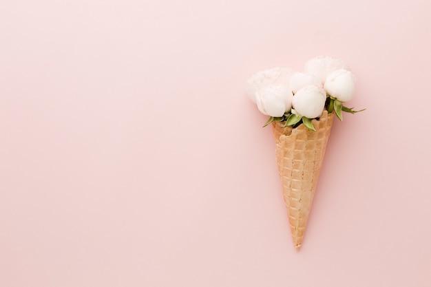 コピースペースの背景を持つ単純な花アイスクリームコーン