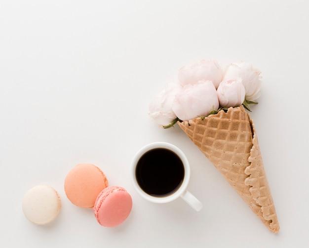 フローラルアイスクリームコーンと朝のルーチンの配置