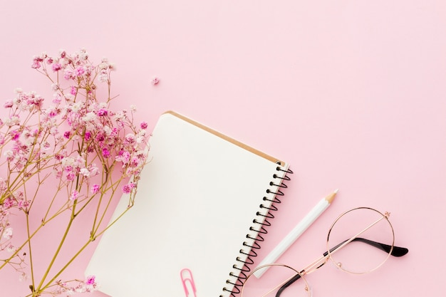 空の白いメモ帳と花フラットレイアウト