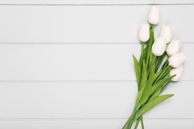 コピースペースを持つ白いチューリップの花束
