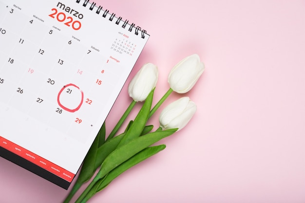 カレンダーの横にあるチューリップの花束