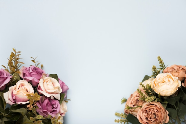 コピースペースを持つフラットレイアウト咲くバラ