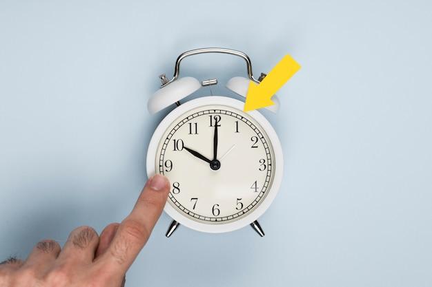 Вид сверху рука, указывающая на часы