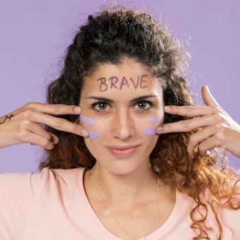 Портрет молодой активистки, рисующей ее лицо
