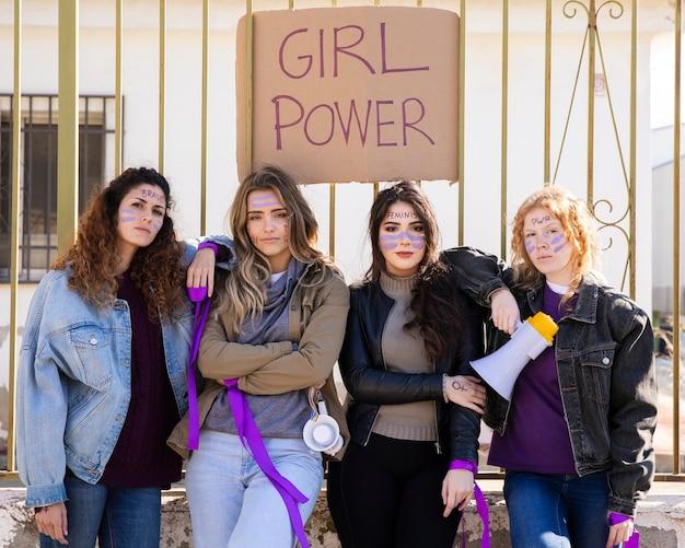 一緒に抗議している若い女性