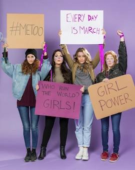 一緒に抗議している若い女性活動家