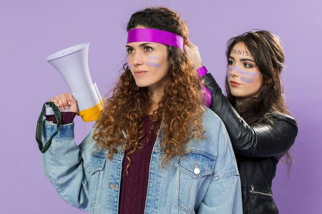 一緒に抗議する準備ができている若い女性