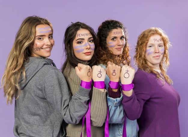 一緒に抗議している女性活動家のグループ