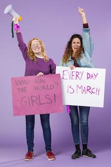 一緒にデモンストレーションする女性活動家