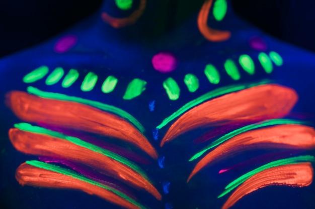 カラフルな蛍光メイクアップのクローズアップビュー