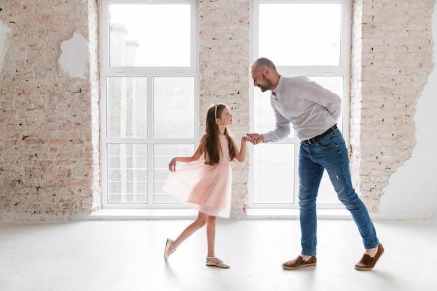 Дочь и папа танцуют в день отцов