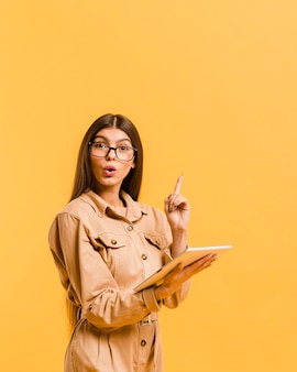 Женщина смотрит на планшет в студии