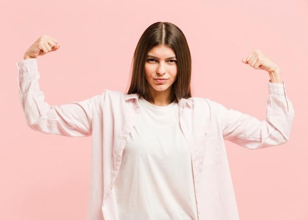Вид спереди сильная женщина в студии