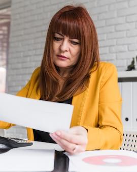 低角度の女性コンサルティング文書