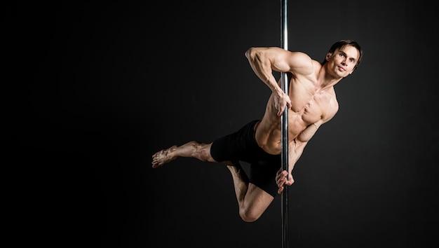 ポールダンスを実行する男性モデルの肖像画
